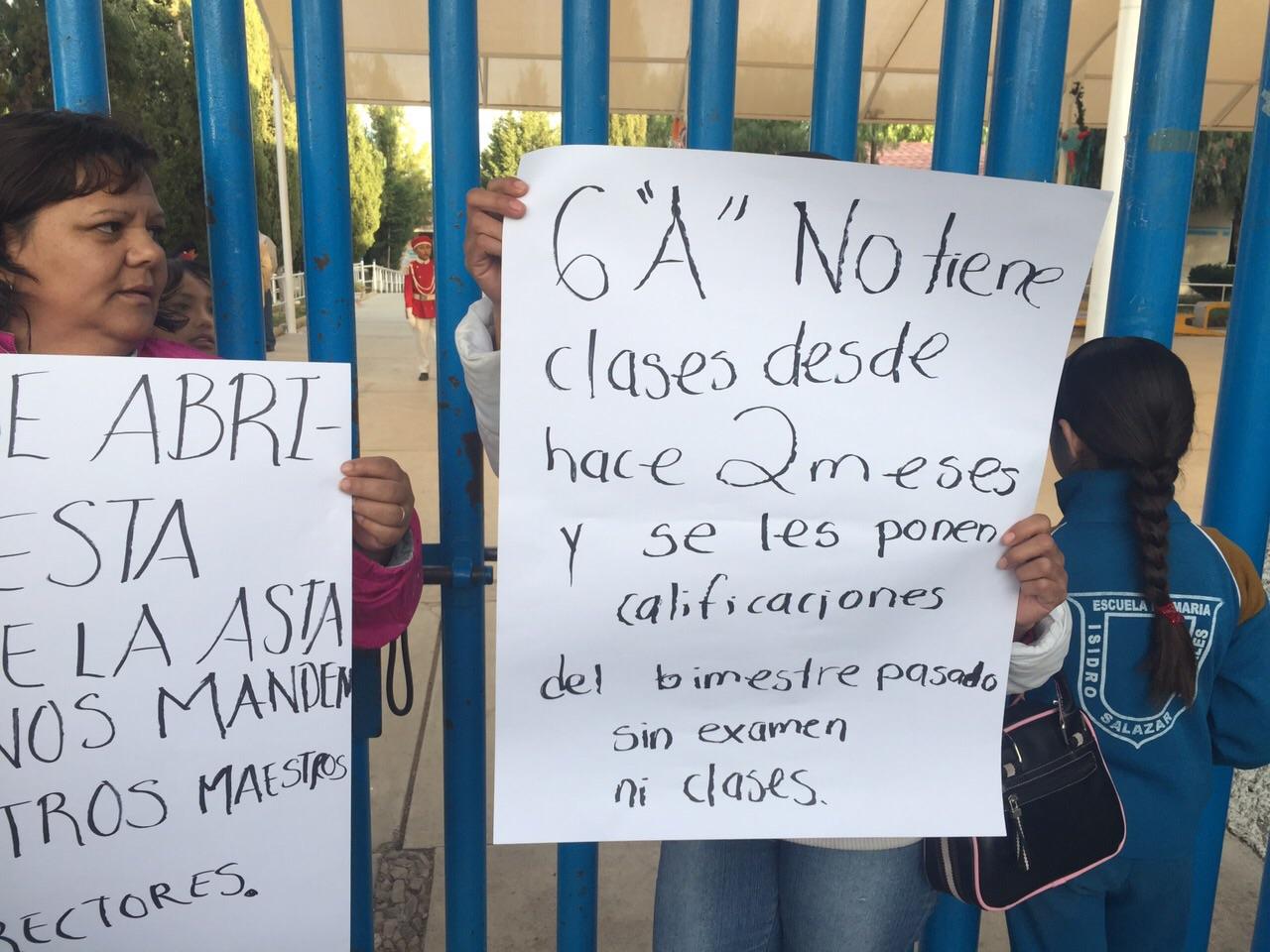 Bloquean acceso a escuela por falta de maestros