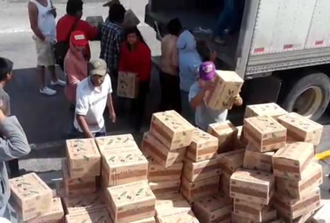 Normalistas saquean camiones en Guerrero