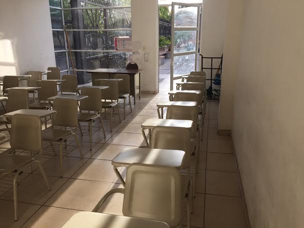 Estudian en el templo mientras IEA cierra la escuela