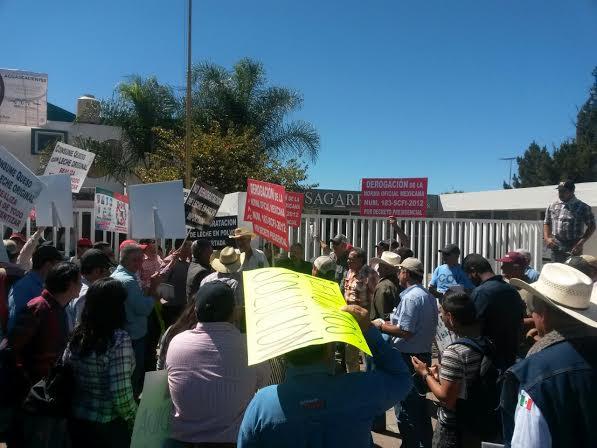 Lecheros protestan en SAGARPA