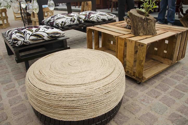 Exhiben art culos decorativos elaborados con material for Muebles con material reciclado