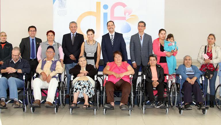 Entrega el @MunicipioAgs y CMIC sillas de ruedas