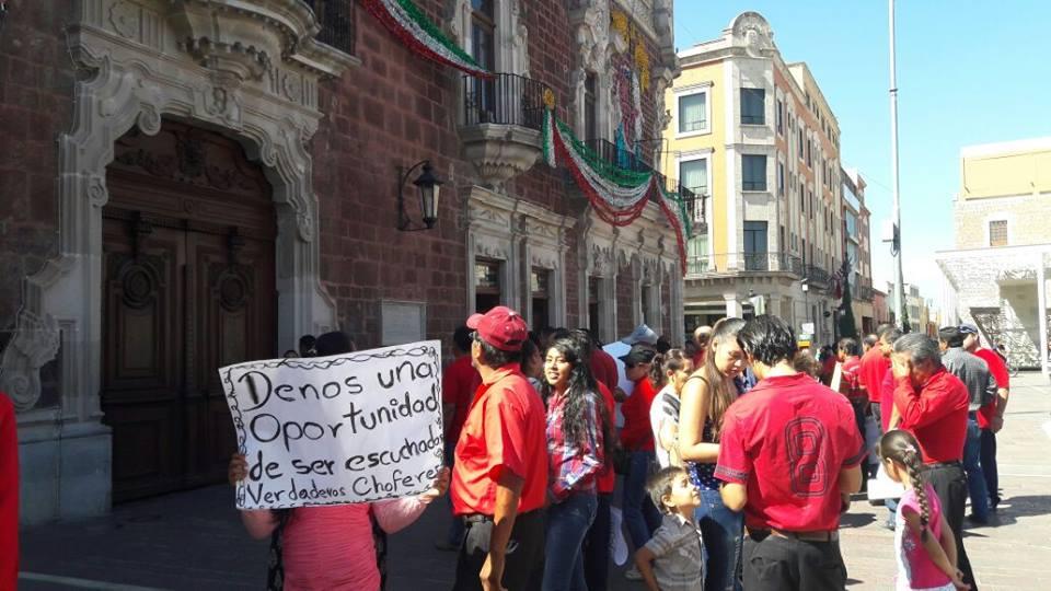 Reclaman choferes de taxi una concesión, les cierran las puertas en Gobierno