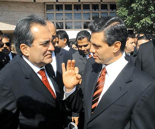 Sale @CarlosLozanoAgs en defensa de @EPN