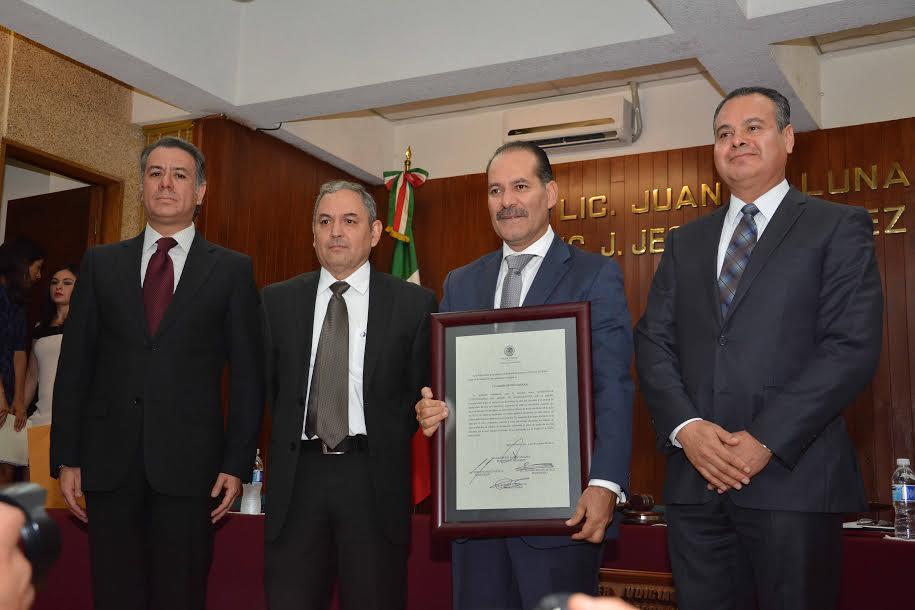 Recibe constancia de la Sala Electoral Martín Orozco