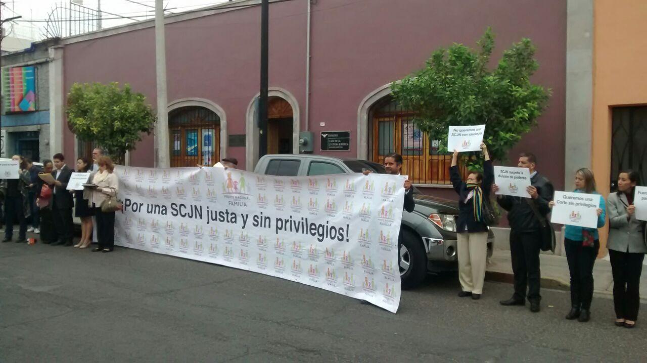 Toman las calles para exigir voto en contra del matrimonio igualitario