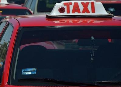 Familia de ex trabajador de SEGUOT recibe 3 concesiones de taxi