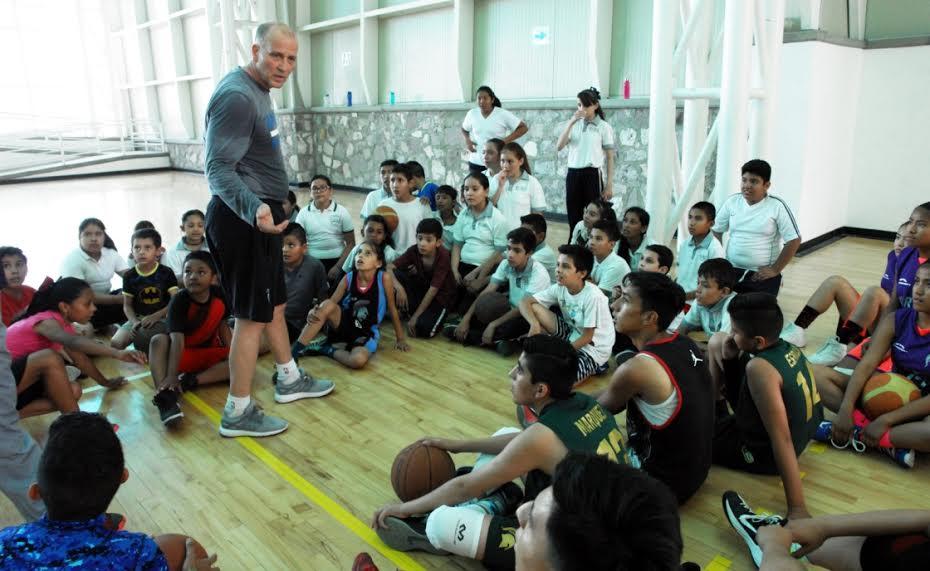Imparte clínicas deportivas en Aguascalientes Bob Mackinnon Jr.