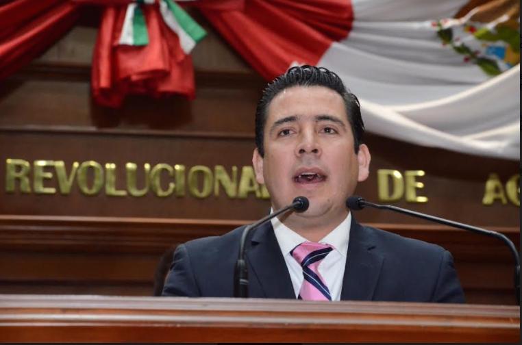 Sale Gustavo Báez en defensa del apoyo gubernamental para cuotas escolares