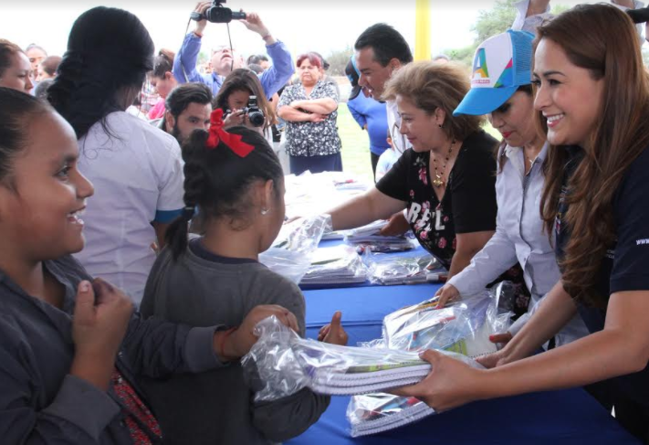 Dota alcaldesa de calzado, mochilas y útiles a cientos de familias