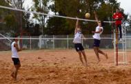Duelo de voleibol varonil de playa y sala