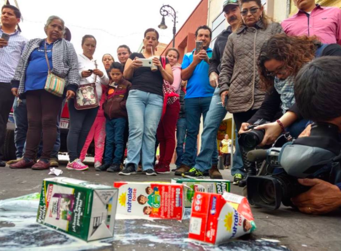 Protestan lecheros en PROFECO contra leche «pirata»