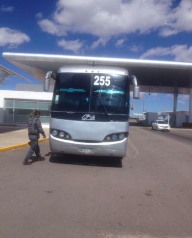 Descubren 42 indocumentados en camión de pasajeros