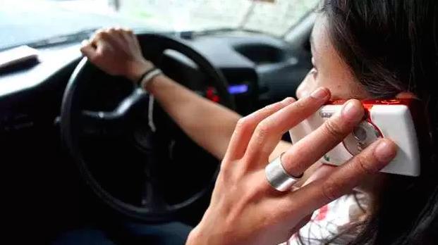Infraccionan a más de mil este año por usar celular mientras manejan