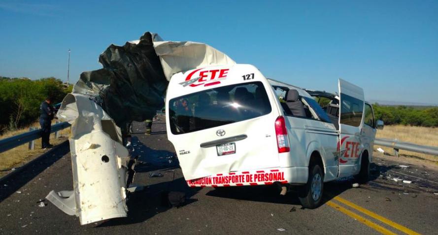 Mortal accidente entre una combi y camión de pasajeros