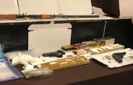 Revientan 8 domicilios, encuentran armas y drogas