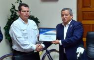 Entrega Gobierno bicicleta, reconocimiento y becas a valiente urbanero