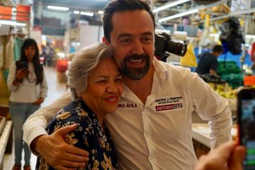 Arturo Ávila hace campaña en el Mercado Terán