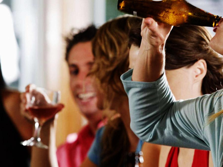 Hay ya igualdan en el consumo de alcohol entre hombres y mujeres