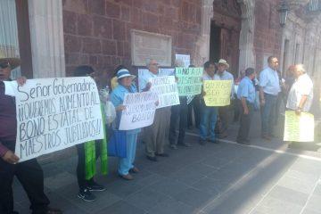 Protestan maestros jubilados ahora en Palacio de Gobierno