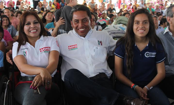 Festeja Goyo Zamarripa a las madres acompañado de su esposa e hija