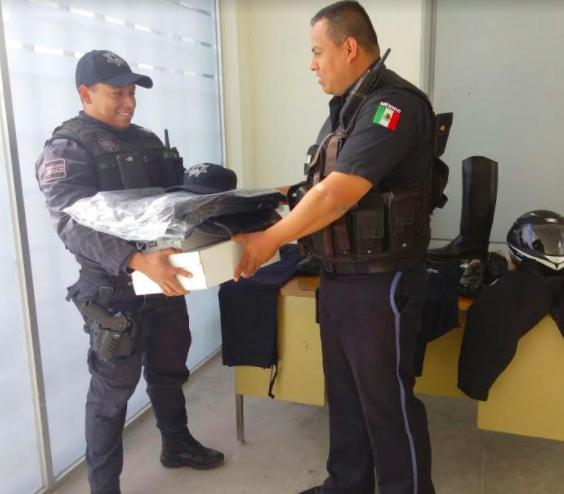Reciben uniforme policías de Pabellón