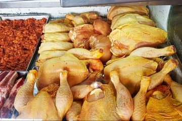 Baja la venta de pollo por su elevado costo